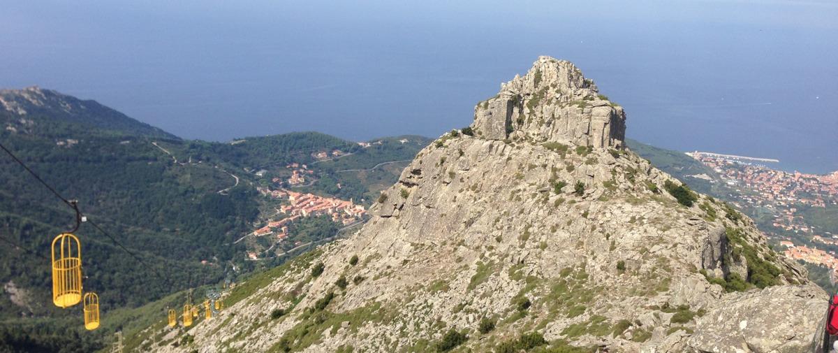Blick vom Monte Capanne auf Elba mit der Seilbahn.